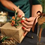 zena-v-zelenom-dekoruje-ekologicky-zabaleny-darcek